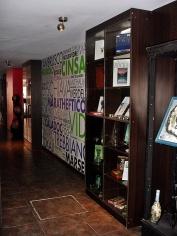 Detalle del pasillo de la Recepción al Bar